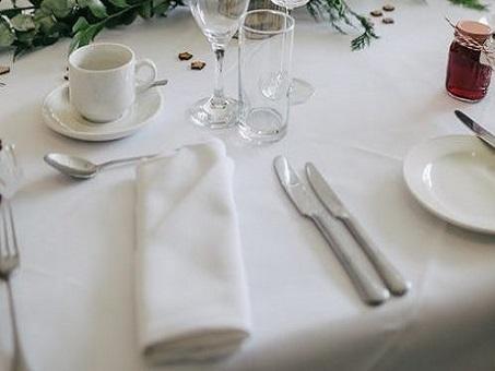table avec nappe et serviette